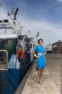 Carla Dik-Faber met Urker visser Hendrik Kramer in een outfit van Nona Suli Design